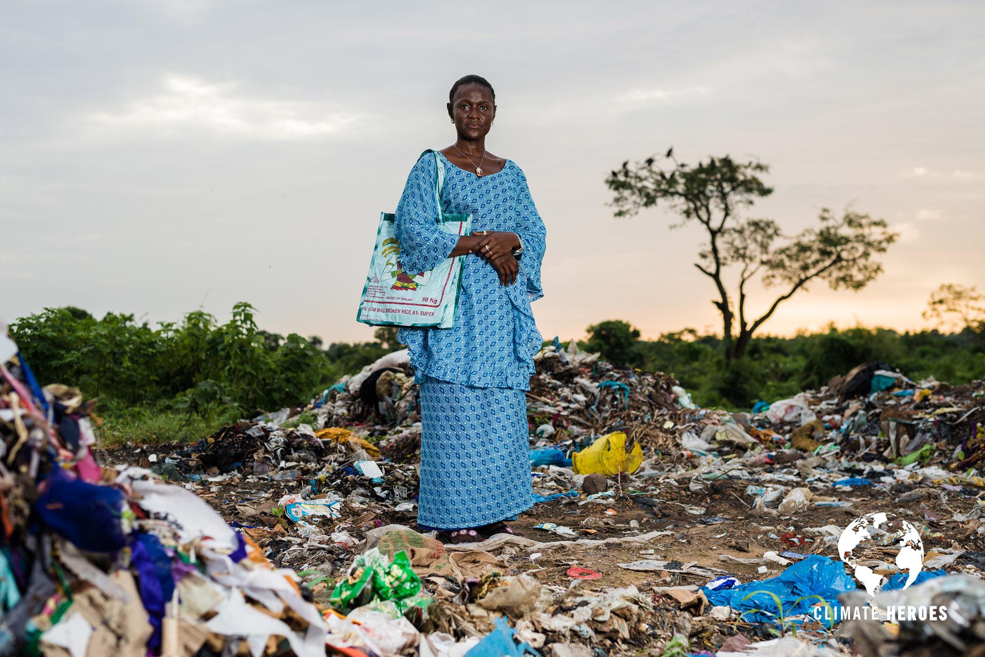 Isatou Ceesay pose pour un portrait sur le site de la décharge de Brikama, en périphérie de Banjul, capitale de la Gambie. Plus grosse décharge en opération en Gambie, ce site est l'un des points de récolte des déchets plastiques pour Women Initiative The Gambia, l'organisation qu'Isatou a créée pour permettre aux femmes de son pays d'atteindre une indépendance financière tout en prenant part à la préservation de leur environnement.